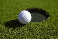 το χείλι τρυπών γκολφ σφαιρών κάθεται Στοκ φωτογραφία με δικαίωμα ελεύθερης χρήσης