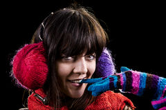 Το χειμερινό κορίτσι δαγκώνει μια πυράκτωση Στοκ φωτογραφία με δικαίωμα ελεύθερης χρήσης