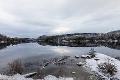 Το χειμερινό τοπίο, ανοίγει το νερό στη λίμνη, νότιο μέρος της Νορβηγίας στοκ εικόνα με δικαίωμα ελεύθερης χρήσης