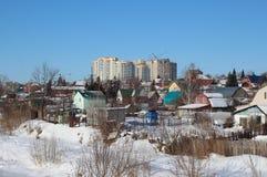 Το χειμώνα, το χιόνι σκούπισε τις καταστροφές του χωριού παλαιές ξύλινες σπιτιών που εγκαταλείφθηκαν στο σιβηρικό του χωριού ναυπ στοκ εικόνες