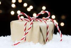 Το χειροποίητο έγγραφο τύλιξε το εκλεκτής ποιότητας δώρο που δέθηκε στον κόκκινο και άσπρο σπάγγο Στοκ Εικόνες