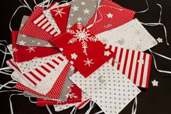 Το χειροποίητο ημερολόγιο εμφάνισης Χριστουγέννων για τα παιδιά, η κόκκινη, άσπρη και γκρίζα εμφάνιση αρίθμησαν τους σάκους έτοιμ στοκ φωτογραφία με δικαίωμα ελεύθερης χρήσης