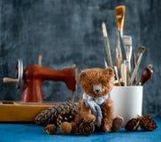 Το χειροποίητο παιχνίδι teddy αντέχει τους καφετιούς κώνους πεύκων βελούδου Στοκ Φωτογραφίες