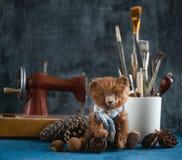 Το χειροποίητο παιχνίδι teddy αντέχει τους καφετιούς κώνους πεύκων βελούδου Στοκ Φωτογραφία