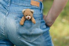 Το χειροποίητο παιχνίδι Teddy αντέχει στην τσέπη Στοκ φωτογραφία με δικαίωμα ελεύθερης χρήσης