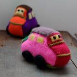 Το χειροποίητο δώρο για τα παιδιά, πλέκει το αυτοκίνητο μωρών Στοκ εικόνα με δικαίωμα ελεύθερης χρήσης