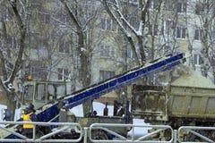 Το χιόνι αφαιρείται από το δρόμο στο Ιλούλισσατ στοκ εικόνες