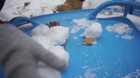 Το χιόνι βρίσκεται στο μπλε πλαστικό φιλμ μικρού μήκους