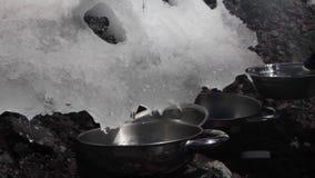Το χιόνι λειώνει τα πιάτα πλήρωσης με το νερό απόθεμα βίντεο