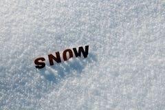 Το χιόνι λέξης από τις ξύλινες επιστολές στοκ εικόνες