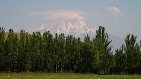 Το χιόνι που καλύπτεται Ararat τοποθετεί φιλμ μικρού μήκους