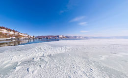 Το χιόνι στη λίμνη baikal πάγου στην αποβάθρα από την οποία το σκάφος Στοκ Φωτογραφία