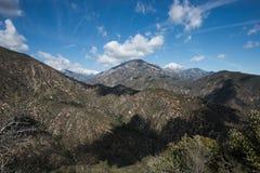 Το χιόνι στο υποστήριγμα San Antonio τοποθετεί Baldy και άλλες αιχμές στα βουνά SAN Gabriel, νότια Καλιφόρνια Στοκ Φωτογραφία
