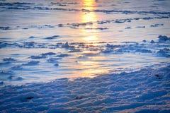 Το χιόνι στο υπόβαθρο της θάλασσας το χειμώνα Στοκ εικόνα με δικαίωμα ελεύθερης χρήσης