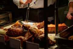 Το χοιρινό κρέας, βόειο κρέας ένα κοτόπουλο είναι μέρος μιας bavearian γιορτής στοκ εικόνες