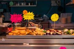Το Χονγκ Κονγκ τηγάνισε το πρόχειρο φαγητό που πωλεί αντίθετα προς Στοκ Εικόνες