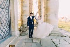 Το χορεύοντας ζεύγος παντρεμένος ακριβώς κοντά στην παλαιά γοτθική εκκλησία Στοκ φωτογραφία με δικαίωμα ελεύθερης χρήσης