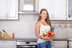 Το χορτοφάγο θηλυκό κρατά στο κύπελλο χεριών με το λαχανικό Στοκ Εικόνα