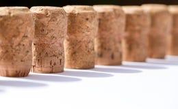 Το χρησιμοποιημένες παλαιές εκλεκτής ποιότητας κρασί και η σαμπάνια βουλώνουν στα υπόβαθρα σειρών Στοκ φωτογραφίες με δικαίωμα ελεύθερης χρήσης
