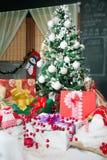 Το χριστουγεννιάτικο δέντρο και παρουσιάζει Στοκ φωτογραφία με δικαίωμα ελεύθερης χρήσης