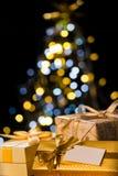 Το χριστουγεννιάτικο δέντρο και τυλιγμένος παρουσιάζει με την ετικέτα Στοκ φωτογραφία με δικαίωμα ελεύθερης χρήσης