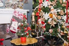 Το χριστουγεννιάτικο δέντρο με παρουσιάζει κοντά στην εστία σε ένα δωμάτιο Στοκ φωτογραφίες με δικαίωμα ελεύθερης χρήσης