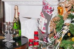 Το χριστουγεννιάτικο δέντρο με παρουσιάζει κοντά στην εστία σε ένα δωμάτιο Στοκ φωτογραφία με δικαίωμα ελεύθερης χρήσης