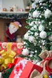 Το χριστουγεννιάτικο δέντρο με παρουσιάζει Στοκ Φωτογραφίες