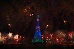 Το χριστουγεννιάτικο δέντρο Lagoa Rodrigo de Freitas εγκαινιάζεται με τα πυροτεχνήματα Στοκ φωτογραφία με δικαίωμα ελεύθερης χρήσης