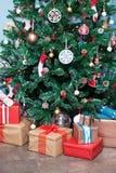 Το χριστουγεννιάτικο δέντρο και παρουσιάζει κάτω από το Στοκ Εικόνες