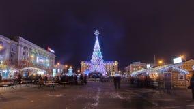 Το χριστουγεννιάτικο δέντρο κεντρικών πόλεων στο τετραγωνικό timelapse ελευθερίας hyperlapse σε Kharkov, Ουκρανία απόθεμα βίντεο