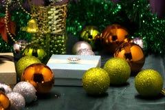Το χριστουγεννιάτικο δέντρο με το μέρος τυλιγμένος παρουσιάζει κάτω από το δέντρο Ατμόσφαιρα Χριστουγέννων Στοκ εικόνες με δικαίωμα ελεύθερης χρήσης
