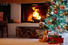 Το χριστουγεννιάτικο δέντρο με παρουσιάζει στη θέση πυρκαγιάς στοκ φωτογραφία με δικαίωμα ελεύθερης χρήσης