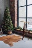 Το χριστουγεννιάτικο δέντρο με τις ξύλινες αγροτικές διακοσμήσεις και παρουσιάζει κάτω από το στο εσωτερικό σοφιτών Στοκ εικόνα με δικαίωμα ελεύθερης χρήσης