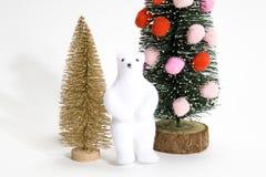 Το χριστουγεννιάτικο δέντρο που διακοσμείται με το χρυσό έλατο και αντέχει Στοκ Εικόνα