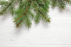 Το χριστουγεννιάτικο δέντρο προτύπων διακλαδίζεται σύνορα πέρα από το άσπρο ξύλινο υπόβαθρο, με το διάστημα για το κείμενό σας Στοκ Εικόνες