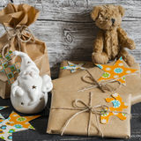 Το χριστουγεννιάτικο δώρο, κεραμικός Άγιος Βασίλης, παιχνίδι αφορά μια ξύλινη επιφάνεια Στοκ Φωτογραφία