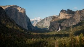 Το χρονικό σφάλμα απογεύματος Bridalveil πέφτει και μισός θόλος στο εθνικό πάρκο Yosemite απόθεμα βίντεο