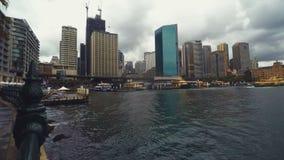 Το χρονικό σφάλμα οριζόντων εικονικής παράστασης πόλης του Σίδνεϊ NSW Αυστραλία αποβαθρών βράχων κυκλικό & cloudscape των βαρκών  απόθεμα βίντεο