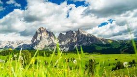Το χρονικό σφάλμα της κίνησης καλύπτει πέρα από την όμορφη ομάδα Langkofel βουνών σε Seiser Alm στην ηλιόλουστη ημέρα απόθεμα βίντεο