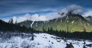 Το χρονικό σφάλμα του κυλίσματος καλύπτει πέρα από την αιχμή βουνών στο εθνικό δρυμός ΑΜ Baker Snoqualmie, Ουάσιγκτον απόθεμα βίντεο