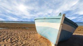 Το χρονικό σφάλμα του μπλε αλιευτικού σκάφους ξαπλώνει σε μια τροπική παραλία με το υπόβαθρο σύννεφων στην όμορφη ημέρα με το ήρε απόθεμα βίντεο