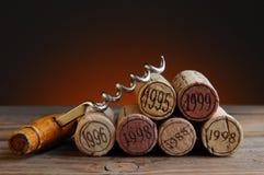 Το χρονολογημένο κρασί βουλώνει και ανοιχτήρι Στοκ φωτογραφία με δικαίωμα ελεύθερης χρήσης