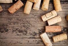 Το χρονολογημένο μπουκάλι κρασιού βουλώνει στην ξύλινη ανασκόπηση Στοκ φωτογραφίες με δικαίωμα ελεύθερης χρήσης