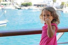 το 3χρονο κορίτσι θαυμάζει την άποψη των Κυκλάδων από το πορθμείο στοκ φωτογραφία με δικαίωμα ελεύθερης χρήσης