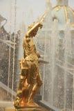 Το χρυσό άγαλμα και το παιχνίδι νερού Στοκ Εικόνες