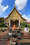 Το χρυσό άγαλμα του Βούδα μπροστά από το ναό στοκ εικόνα