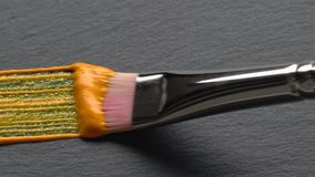 Το χρυσό ακρυλικό χρώμα με ακτινοβολεί φιλμ μικρού μήκους