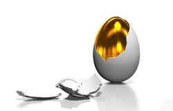 Το χρυσό αυγό είναι στο σπασμένο κοχύλι Στοκ φωτογραφίες με δικαίωμα ελεύθερης χρήσης