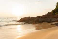 Το χρυσό ηλιοβασίλεμα λάμπει κάτω από γύρω από το βουνό και τον τουρίστα στοκ φωτογραφία με δικαίωμα ελεύθερης χρήσης